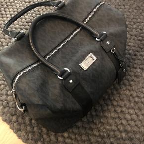 Michael Kors weekend taske.  Tasken har aldrig været brugt, og står derfor som ny. Der medfører en skulderrem til tasken.  Mål: 35 x 30 x 25.   Kom gerne med et bud! :D  Tjek gerne mine andre annoncer :D