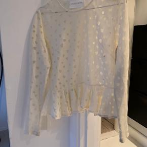 Fineste trøje fra Stine Goya. Der er en lille plet foran, sælges derfor billigt. Plet kan muligvis kan gå af ved rens, jeg har dog ikke forsøgt. Man ser den næsten ikke.