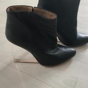 Varetype: Ankelstøvler Farve: Sort Prisen angivet er inklusiv forsendelse.  Meget eftertragtet ankelstøvle lavet i samarbejde med HM. Desværre for høj til mig