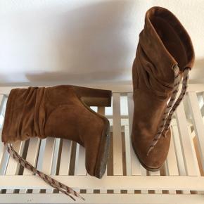 Verdens mest behagelige støvle fra Chloé. Købt til 4000,- i Berlin. Den har en helt tilpas hælhæjde, og så har den rågummisål, der er fantastisk at gå i. Perfekt til både jeans og kjole. Har en lille plet på den ene snude, der ikke har været forsøgt renset med en ruskindsbørste.