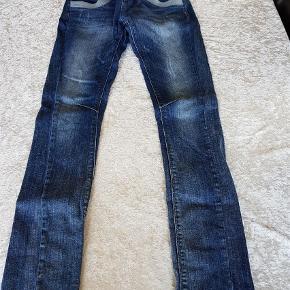 Varetype: Bukser Størrelse: 26 Farve: Blå  Et par rigtige fine Naomi glam bukser, de er desværre en smule stramme og derfor sælges de igen