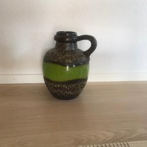 """Skøn scheurich W. Germany vase 486-38 har afslag i kanten øverst og et par ridser i glasuren, skøn lime grøn med fat lava  fra 1960""""erne"""
