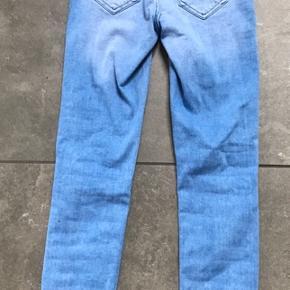 Blå jeans fra Only. De er aldrig blevet brugt, og har stadig mærke i. De er en str. xs/32. Prisen er + porto. Fra røg- og dyrefrit hjem.