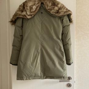 Brugt sparsom, så i den gode ende af brugt.  Jakken er købt og produceret med fake pels.