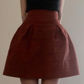 Skøn nederdel fra H&M i fin farve.   ❌BYTTER IKKE. 💵Betaling gennem Mobilepay 🛍Afhentes på Nørrebro i weekend og aftentimerne og ved Trianglen på Østerbro i dagtimerne 📦Sendes via DAO. Porto omkring 33 kr.