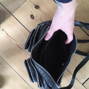 Lækker rummelig lille taske