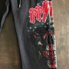 Helt nye, med mærker og ubrugt sweat pants fra luksuriøse Philipp Plein af. Købt i butikken i New York og kostede 10.250kr. Disse er limited edition. Alt medfølger. MADE IN ITALY
