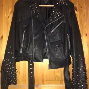 """Sælger min fede biker jakke, i """"limited læder"""" da jeg ikke får den brugt. Den er kun prøvet på, så den er helt ny, men er villig til at finde en fair pris. Det er en str small"""