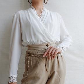 Så smuk vintage warp bluse med de fineste lace detaljer sælges! Ingen størrelsesmærke i, men den vil passe en str. S/36. Materiale er polyester. Sælges til 450kr afhentet eller plus 33kr i DAO porto.