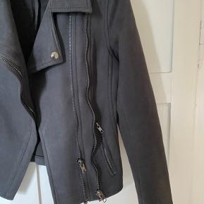 Lækker ruskinds jakke fra NEO NOIR💕 Stadig super blød og brugbar! Den er gået op i syningen bagpå man kan sagtens nemt syes sammen - se billeder