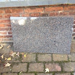 Granit plade 77 cm. Lang 50 cm. Bred 3 cm. Tyk kom med et realistisk bud