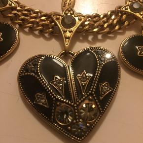 Guld lignede halskæde  M. 3 hjerter  Sidste billede er bagside af hjerterne  Rigtig sød, men aldrig brugt Man kan købe matchende armbånd med, så er der mængde rabat se andet billed 😊 Kom med et realistisk bud 👍  ☀️modtager betaler Porto ☀️sender med DAO  ☀️kan afhentes på Østerbro