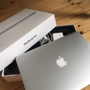 """Sælger denne MacBook Pro Retina fra sent 2013, da jeg ikke får den brugt - og den generelt aldrig er blevet brugt meget. Den har 256GB harddisk, 8GB ram og en 2,6GHz processer. Den er 13,3"""" og fejler absolut intet.  Den er købt i elgiganten i sin tid, og alt medfølger. Derudover medfølger også et Marc Jacobs Sleeve til beskyttelse."""