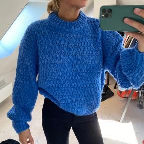 Aldrig brugt. Fed sweater i sej blå!