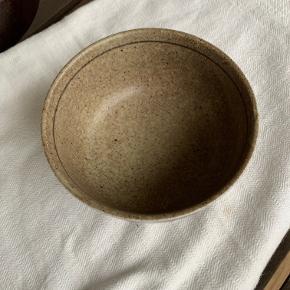 stentøjsskål - japansk inspireret. Billederne taler for sig selv. Flot stand diameter 14 cm Højde ca 7 cm. Pris kr 100.
