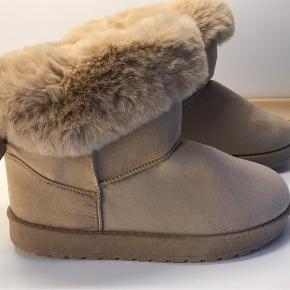 Beige vinterstøvler str. 38 - med faux fur som gør dem bløde og varme.  Helt nye. Fejlkøb.  Sælges for 500kr pp