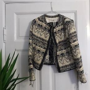 Virkelig flot jakke fra IRO, som jeg desværre ikke får brugt mere. Håber en anden kan få glæde af denne lækre sag ✨  Byd gerne ✌🏼
