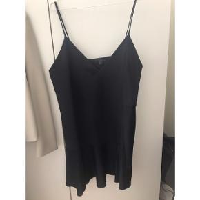 Helt ny cocktail kjole fra COS i str L, men passes også af mindre. Åben for bud Brystmål ca 2x50 cm