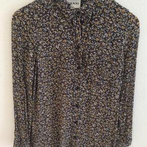 Varetype: Skjorte top bluse tunika Størrelse: 42/40 Farve: Ukendt Oprindelig købspris: 899 kr.  Brugt få gange men desværre lige det mindste til mig. Det er en str 42 men vil passe fint til en str 40 og måske også 38. Mærket med størrelse er klippet af.   Kom med et bud, bytter ikke