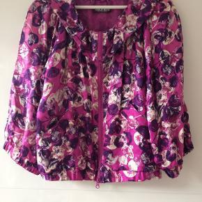 Fineste silke jakke str. 36 brugt en gang / længde ca. 59 cm / brystmål ca. 2 x 50 cm/ bytter ikke/tager ikke flere fotos#blackfriday