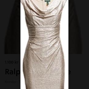 Rigtig smuk kjole i let strækbart materiale. Den er let gylden med lidt blank overflade. De første billeder jeg selv har taget er taget i kunstigt lys om aftenen og de sidste er taget i dagslys/solskin.   Brystvidden er meget flexibel og den måler 2 x 50cm og kan i hvertfald godt tage 10cm yderligere pga facon og materiale.   Talje: 2 x 45cm  Hofte: 2 x 55cm   Smuk kjole som man helt sikkert bliver set i.   Ny og ubrugt.