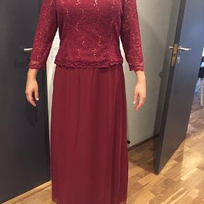 """Elegant selskabslokale fra """"La Princessa"""" i Aarhus. Kjolen er brugt en enkelt gang og vasket efterfølgende. Det er en størrelse XL Ny pris: 1500."""