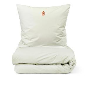 Normann Copenhagen sengetøj, Snooze Feel Better Sart Grøn er fremstillet i 100 % bomulds satin i 300 TC. Snooze Feel Better Sart Grøn har et broderede emblem på pudebetræk og dynebetræk, som samlet danner en lille fortælling. Snooze sengetøjet fra Normann Copenhagen har hver sin broderede emblem, som repræsenterer hver især en særlig stemning, der relaterer sig til livet i sengen. Snooze sengetøjet er produceret i høj bomulds satin kvalitet og har en 300 TC, som føles dejlig blød på kroppen. Sengetøjet er OEKO-TEX produceret  Dynebetrækket er lavet med skjult lynlås i bunden, mens pudebetrækket har kuvertlukning.  Snooze sengesættet kommer i en fin pose med snoretræk, samt broderi, der refererer til sættet indeni. Str 140x200 cm.  Har 2 sæt.