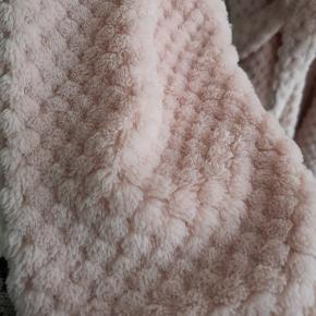 Rigtig fin og blød morgenkåbe i lys rosa farve, sælges da jeg desværre aldrig har fået den brugt eller byttet.  Størrelsen er M/L 🌸🌸🌸