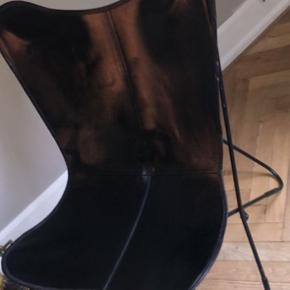Flagermus stol, fremstår som ny. I sort læder, sælges da vi ikke får brugt den