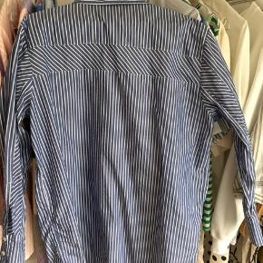 Oversize Mads Nørgaard skjorte i smukke blå og hvide striber 💎🕊Skjorten er brugt en smule, men fremstår i rigtig fin stand 🦋  Nypris: 900kr Model: Pop Check Saxa sport cuff 100% bomuld  Bud ønskes! 💙