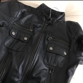 Luksus læderjakke i mærket Chick With Guns af Lykke May. Købt i Gai & Lisva. Nypris: 3600 kr. Størrelse 38