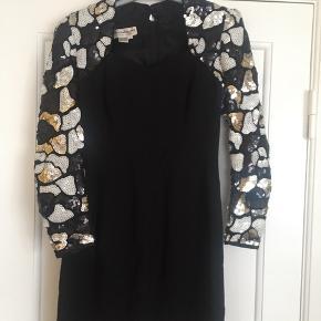🌑 VINTAGE 🌑 Fantastisk smuk, sort vintage kjole med palliet ærmer og ryg. Sweetheart neckline og går til midt på låret. Udlev dine glamourøse 70'er drømme i denne fantastiske sag! Perfekt til julefrokosten 💃  Lynlås i ryggen og intet synligt slid. Originalt købt i London.