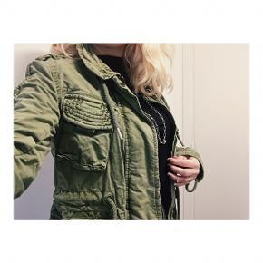 Grøn millitær jakke fra superdry i størrelse small.  Brugt få gange.