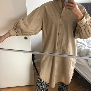 Flot skjortekjole med store ærmer. 100% bomuld🌞 Kan afhentes på Østerbro eller sendes med DAO