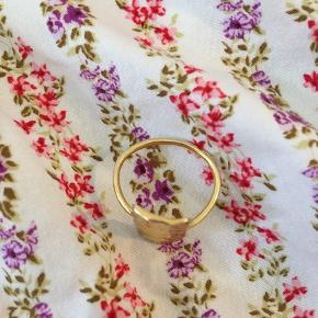 Flot ring fra Maanesten som jeg ikke længere bruger. Guldet er desværre slidt af på bagsiden, og en lille smule foran. Den er vist nok en str. 55 Viebholm æske medfølger  Byd☀️