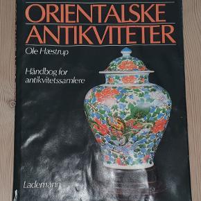 """""""Orientalske antikviteter - Håndbog for antikvitetssamlere"""" af Ole Hæstrup.  Lademann, 1981.  Bogen ser ud til at have været vandskadet, hvorfor der ses såvel en smule misfarvning samt bølgede sider."""