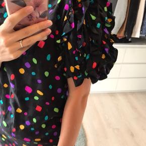 Sort vintage kjole med prikker 🔵⚪️⚫️🔴  Der er stadig prismærke i. Og gav selv 500, den er 100% silke og har fe flotteste flæse detaljer.