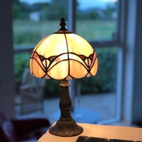 """Den smukkeste mosaik bordlampe. Glasskærmen er sammensat af tusinde små stykker glas. Helt unikt. Selve """"kroppen"""" er udført i  massivmessing på smukkeste vis.  Her er lampen til feinschmeckere. I perfekt stand og uden skader og skår. En lampe, der ikke laves mere. Ægte vintage.  Højde 37cm Omkreds 63cm"""