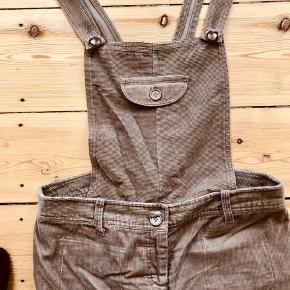 Super fløjl overall nederdel i mørk beige. Blusen sælges også 😊