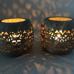 Trænger du også til lidt hygge i dit hjem? ...  2 smukke grå rustikke fyrfadsstager med mønster.  Størrelse: Ca 8.5 x 8.5 cm  Nye / aldrig brugt (udover at tænde lys i dem for at tage de her billeder :))