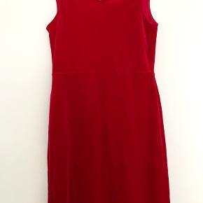 - Tryk på billedet, for at se hele billedet -  Ubrugt kjole i perfekt stand, som kommer fra et røgfrit hjem. Den er str. 38.  OBS: farven fremstår lidt lysere på billederne, end den er i virkeligheden.