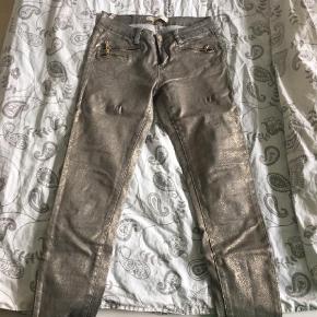 Varetype: Jeans Farve: Brun,Brunlig  Toxik bukser fra Buch i brun/grålig slangeskind. Masser af strech