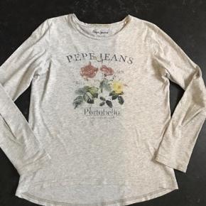 Langærmet T-shirt, fin stand ikke brugt ret meget. Str hedder 12/152 men lidt  lille i str. Passer bedre str 10 år