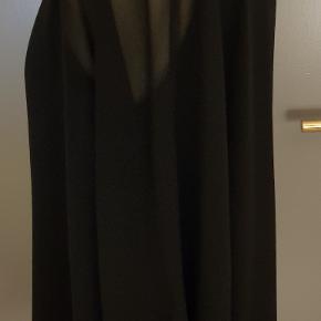 Overdel fra Zara - modellen er lige op og ned med brede ærmer og rund halsundskæring - se fotos - der er en figursyet bomuldsbluse unden ærmer under det tynde gennemsigtige stof. Brugt få gange. Str.: XL Pris: 100 kr. PP