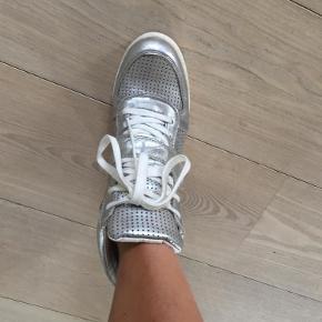 Ikke brugt ret meget  Super fede populære støvler  limited Farve: Sølv grå Oprindelig købspris: 1699 kr.