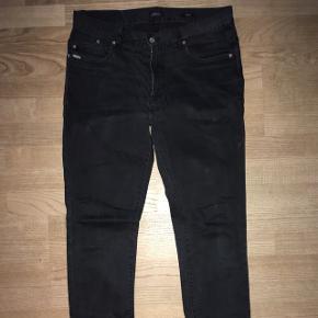 Lækre sorte herre jeans med lidt stretch fra Matinique model Scott slim fit str. 33/34. Fra røgfrit hjem.