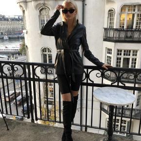 Faux Leather Blazer Dress🖤 Ingen skrammer, brugt 1 aften.  Udgået på na-kd.com.  Nypris var 679 kr, sælges for 300.  Flere billeder kan sendes, hvis det ønskes🤩  Afhentes i Aalborg øst eller sendes på købers regning💳  #30dayssellout