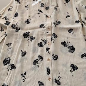 Helt ny skjorte sælges billigt - farven er creme med sorte blomster🌸