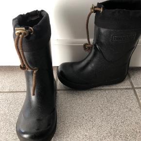 Fine sorte glimmer termogummistøvler. God men brugt - der er slid på hælen under bunden, ellers er de pæne. Brugt en sæson.