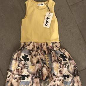 Varetype: Ny kjole Størrelse: 122-128 Farve: Se billede  Ny med mærke  Bytter ikke Mp 200pp over MobilePay og ellers ts gebyr  Sender med dao